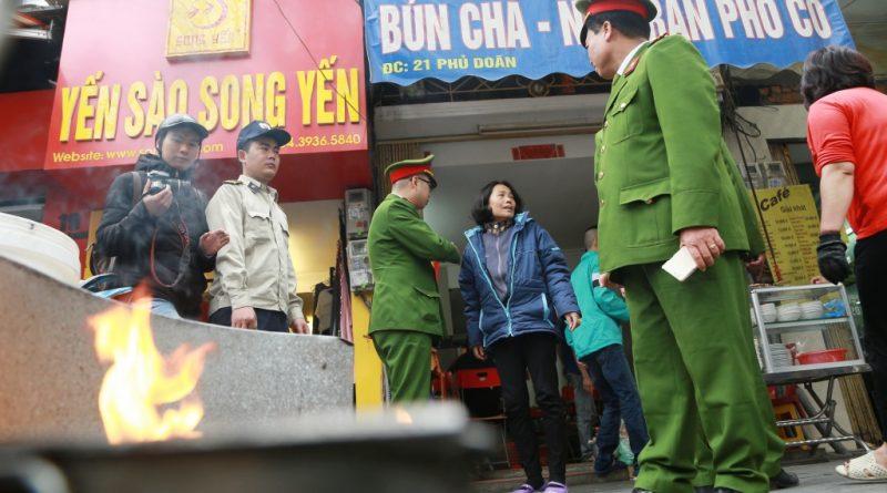 Công an dẹp bỏ tình trạng lấn chiếm vỉa hè tại Hà Nội