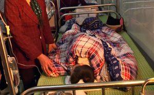 Một em học sinh trong bệnh viện sau tai nạn